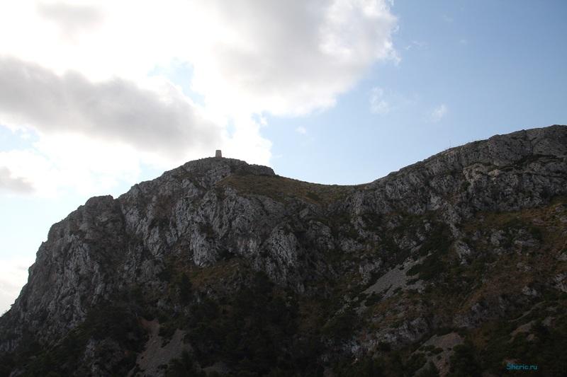 Майорка. Башня на горе.